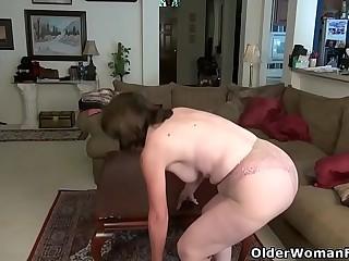 American gilf Kelli starts playing their way perishable pussy